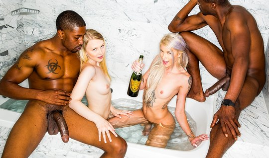Негры трахают толпой сексуальных блондинок с длинными ногами...