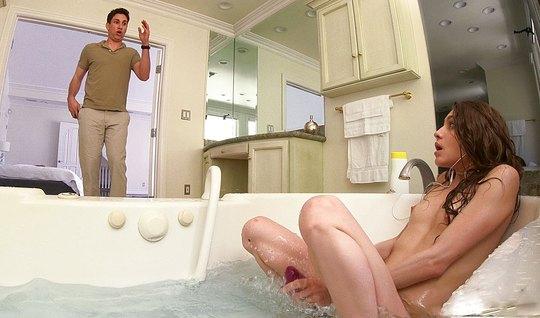 Молода сучка мастурбирует в ванной, а затем трахается с парнем в спаль...