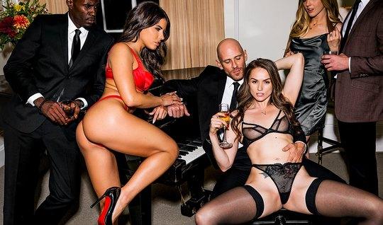 Бритоголовый мужик снял двух проституток и заставил по очереди принима...