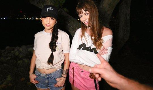 Две девицы трахаются с незнакомцем на улице втроем от первого лица