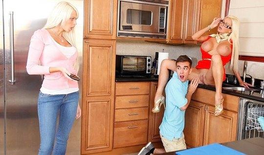 Подруга и ее грудастая мамка трахаются с брюнетом на кухне...
