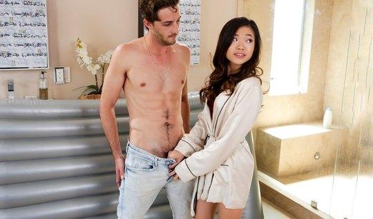 Азиатка сделала массаж и насела киской на твердый поршень друга...