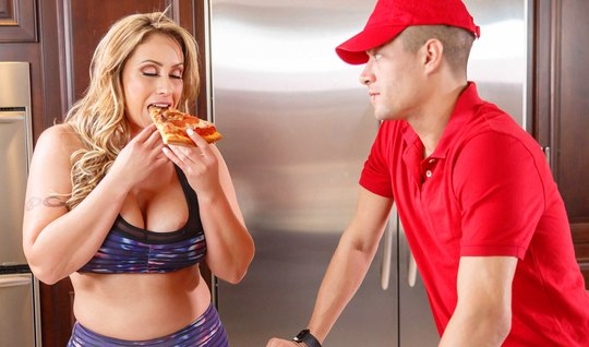 Blonde with big milkings seduced a pizza delivery