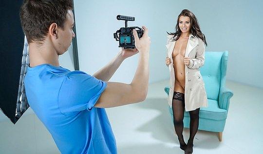 Опытная любовница на фотосессии сосёт член парню и раздвигает ноги для...