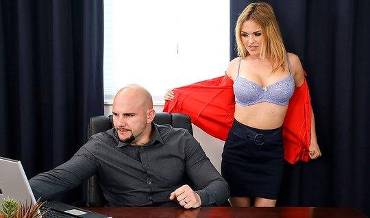 Похотливая секретарша соблазняет на жёсткий трах лысого босса в офисе...