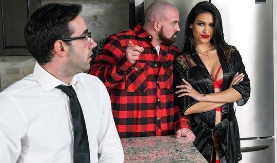 Брюнетка изменила мускулистому мужику с его деловым другом на кухонном...