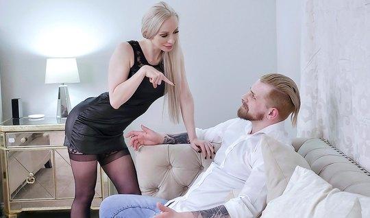 Муж смотрит со стороны, как опытная жена в чулках занимается сексом с ...