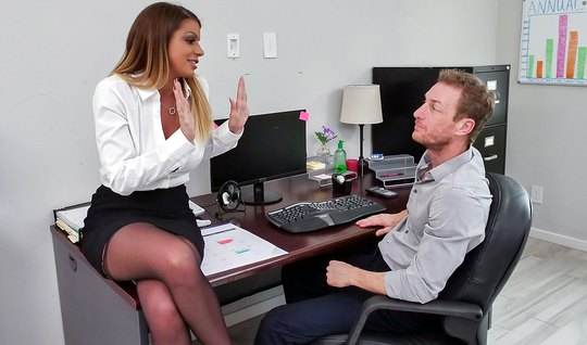 Boss in stockings called the assistant in the office and lit it on sex...