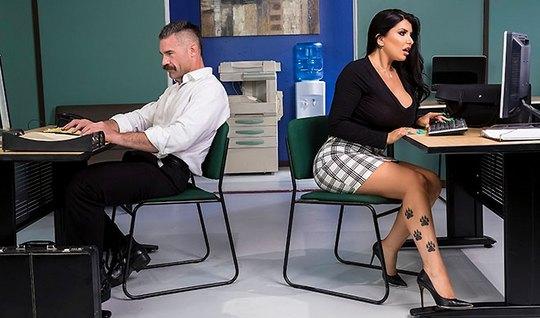 Брюнетка с большими дойками и тату на теле соблазнила коллегу на секс ...