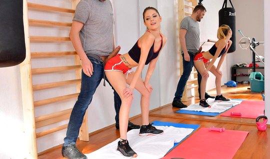 После спортивных занятий худенькая красотка подставила попу для анала