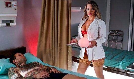 Медсестра с большими сиськами и задницей раздвинула ноги в чулках для ...