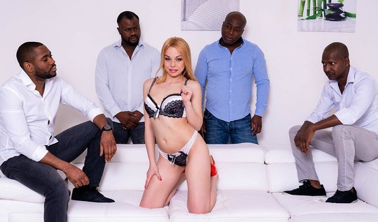 Блондинка с упругой грудью и попой занимается с неграми групповым секс...