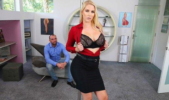 Блондинка с большими сиськами и задницей после минета занялась сексом...
