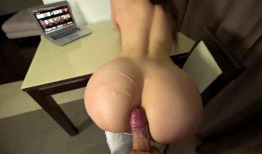 Брюнетка в позе раком испытывает кайф от съемки домашнего порно от пер...