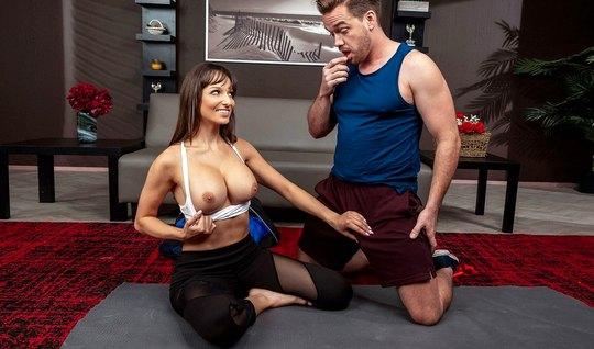 Мамка с большими сиськами соблазнила на секс своего тренера по йоге