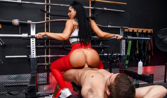 Brunette with big ass pulled the tights for anal sex in the ring...