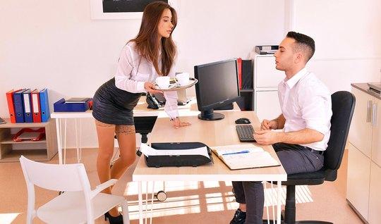 Секретарша в чулках развлекает своего босса горячим сексом
