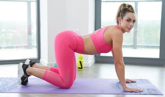 Fitnesa cancer in tights seduced pitching and jumped elastic pussy on ...