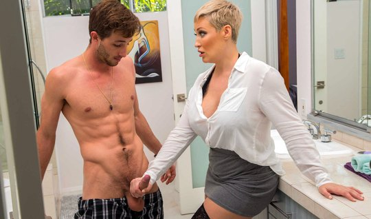 Fat mom in blouse and stockings rubs morning wood muscular guy daughte...
