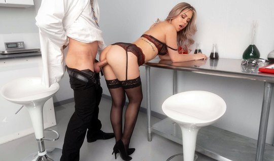 Office babe in stockings inserts a juicy gap for vaginal...