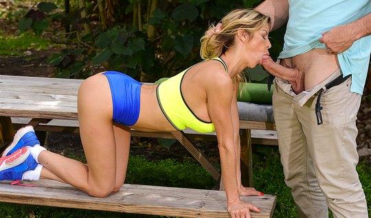 Фотограф оттрахал грудастую блондинку в глотку прямо в парке на лавке...