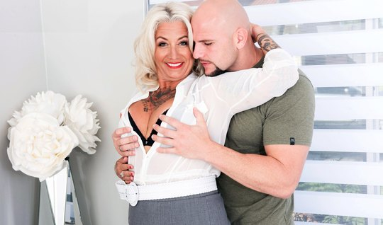 Mature mother with tattoos on his body Fucks with unshaven guy on a be...