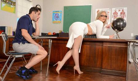 Развратная сучка соблазнила парня в офисе своей попкой...
